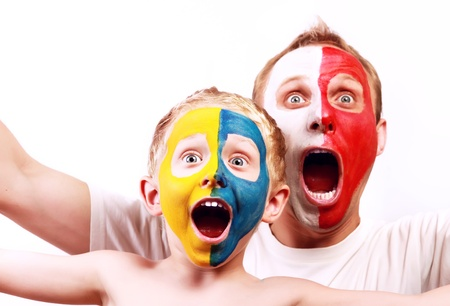 caritas pintadas: Retrato de dos fans gritando con las caras pintadas de Polonia Ucrania
