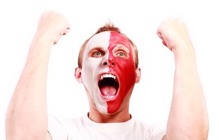 bandera de polonia: Gritando aficionado al fútbol con la cara pintada de color en Polonia