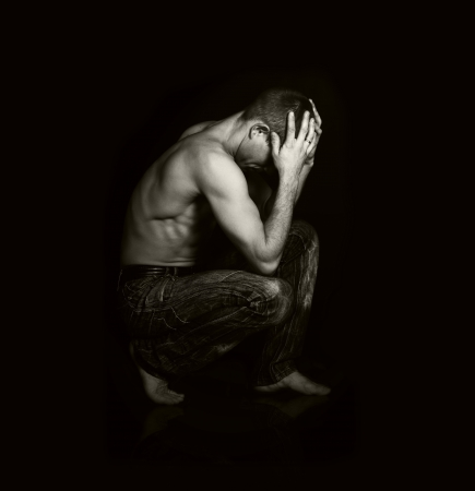 nackter junge: Schwarz-Wei�-Bild sitzen in Pose Frustration junger Mann