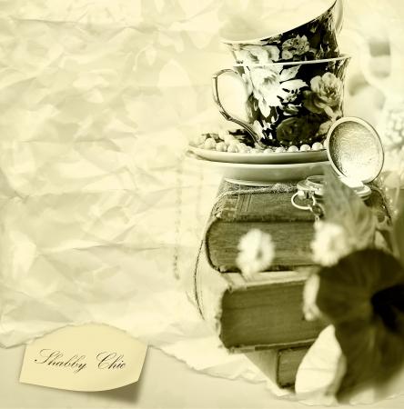 tarde de cafe: Romántica de fondo shabby chic con los libros antiguos, reloj de bolsillo y tazas Foto de archivo