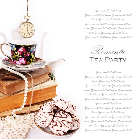 tarde de cafe: Ingl�s 5 o'clock tea Party Ceremonia con reloj de bolsillo de la vendimia y dulces Foto de archivo