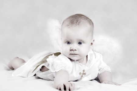 baby angel: Bella bambina piccola con ali d'angelo