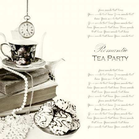 tarde de cafe: Romantic Inglés 5 o'clock tea Party Fondo con reloj de bolsillo vintage y dulces