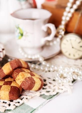 tarde de cafe: Cierre la tapa de porcelana con reloj de bolsillo y las galletas de tablero de ajedrez
