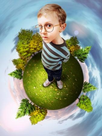 egghead: Immagine del concetto di pianeta verde con intelligente ragazzino