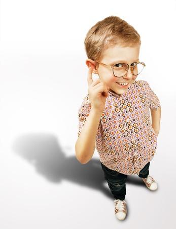 egghead: Abbastanza intelligente ritratto ragazzo con grande ombra su sfondo bianco