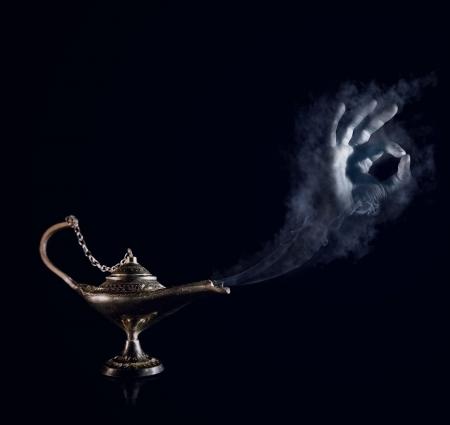 lampara magica: Todo se har�, se�or Magia de Aladdin l�mpara con la mano genio ahumado Foto de archivo