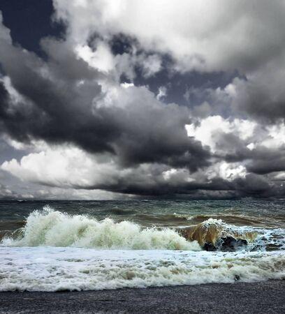 mare agitato: Navigare in mare paesaggio presso la giornata grigia