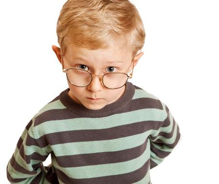 questionnement: Portrait gar�on s�rieux dans des lunettes