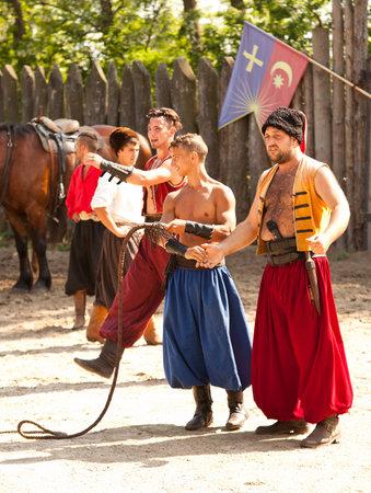 the cossacks: Zaporizhia, Ucrania - 18 de mayo 2013: La parte de la etapa de demostraci?n sobre cosacos estilo de vida. Cosacos teatro caballo en la isla Khortytsia, Zaporizhia, 18 de mayo de 2013.