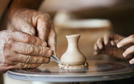 alfarero: Primer imagen ceramista manos del hombre