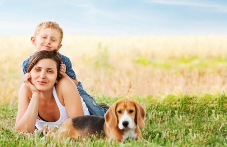 familia saludable: Escena de ocio familiar tranquila en el prado verde