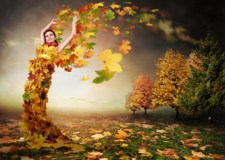 Abstrakcyjny obraz jesieni. Autumn Lady z liśćmi skrzydeł