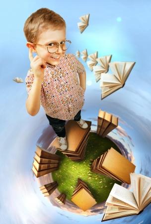 diligente: Imagen el concepto de educación. Niño inteligente se encuentra libros planeta