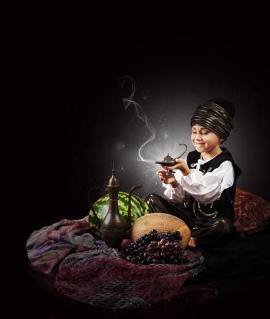 lampara magica: Niño escena mágica causa de la ginebra de la lámpara vieja Foto de archivo