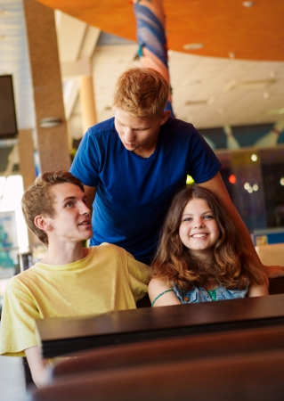 entertaiment: Happy teenagers friendsspend time in entertaiment center
