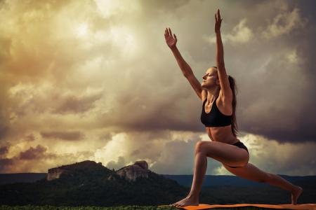 atletisch: Yoga praktijk Surya Namaskara bewegingen opeenvolging Stockfoto