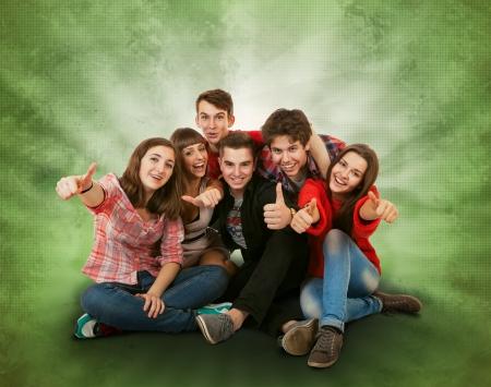 Sourire heureux adolescents groupe sur vert clair