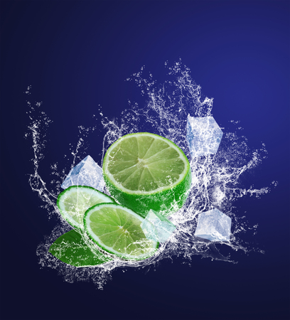 Sliced lime with ice pieces in water drops 版權商用圖片 - 25755574