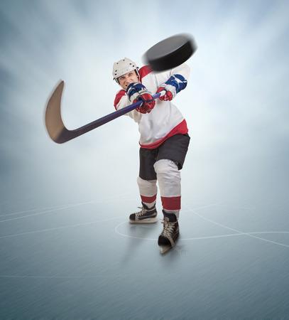 d?a: Jugador de hockey da pase poderosa