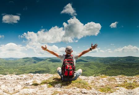Man salut nature riche imprenable sur le sommet de la montagne Banque d'images