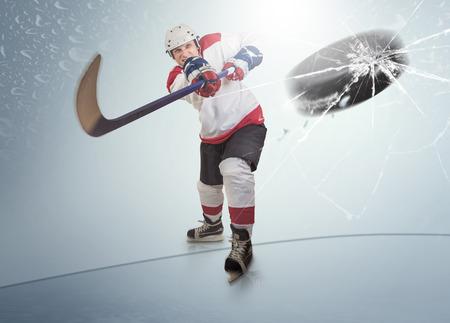 hockey sobre hielo: Disco de hockey sobre hielo golpe� la visera oponente