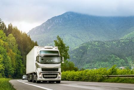 高原の高速道路上のトラック