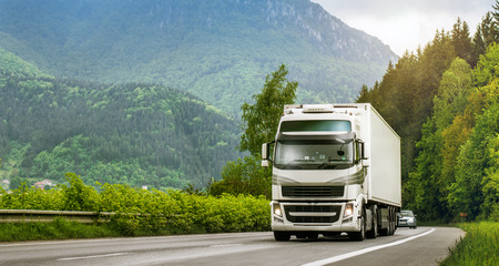 高地の高速道路上のトラック 写真素材