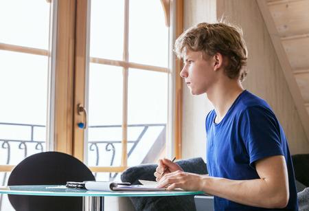 diligente: Diligente estudiante hacer la tarea utilizando Tablet
