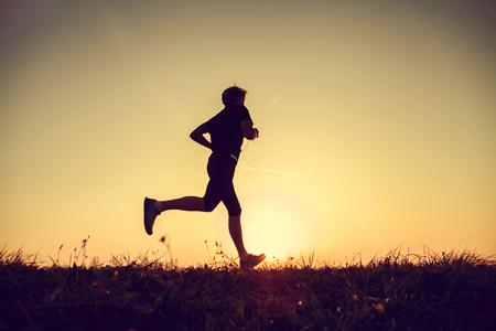 Running man silhouet in de zonsondergang tijd
