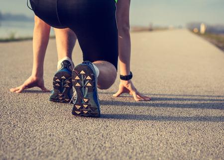 Chiuda sull'immagine sprinter gambe sul partenza
