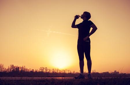 agua potable: Runner bebe agua despu�s del entrenamiento
