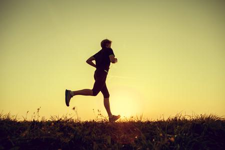 gente corriendo: Ejecuci�n de la silueta del hombre en el tiempo de suspensi�n Foto de archivo