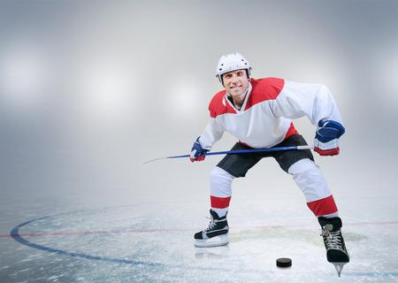 Buz üzerinde hokey player Smiling Stok Fotoğraf