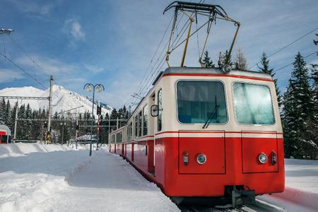 czech switzerland: Treno rosso sulla stantion montagna in inverno Archivio Fotografico