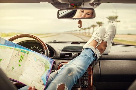 viagem: Jovem, mulher, carro traveller sozinho com mapa Banco de Imagens
