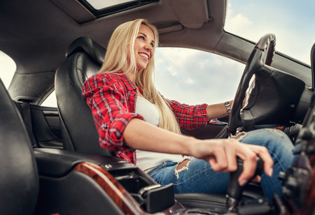Jonge vrouw rijden van een auto. Binnen foto