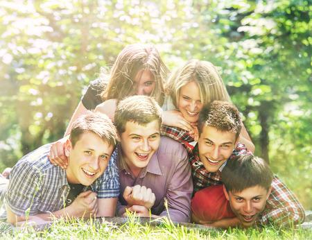 Adolescentes amigos felices tienen una diversión en el parque de verano