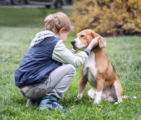puppy love: Dos mejores amigos - muchacho y su perro Foto de archivo