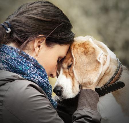 彼女の犬の入札シーンを持つ女性 写真素材