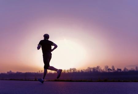 일몰 시간에 달리기 남자 실루엣