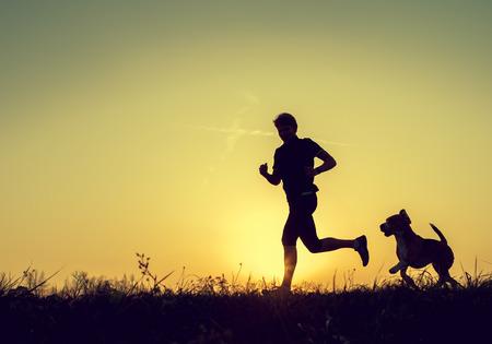 Avond joggen met beagle huisdier