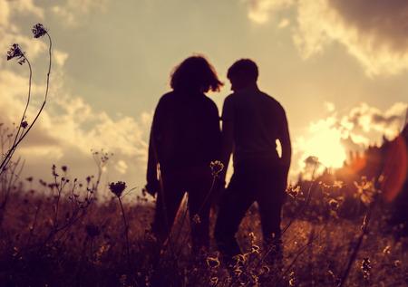 pareja de adolescentes: Dos personas inlove noche silueta Foto de archivo