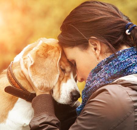 personen: Vrouw met haar hond tedere scène Stockfoto