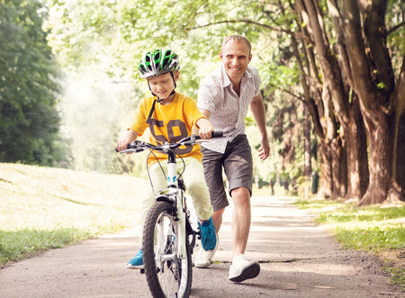 niños en bicicleta: Primeras lecciones montar en bicicleta Foto de archivo