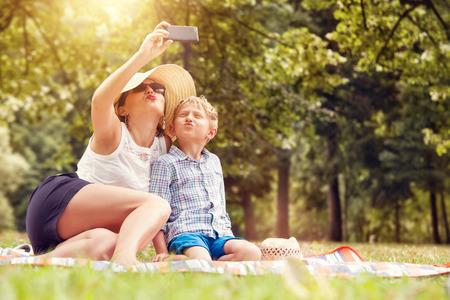 아들과 어머니는 자기 사진을 촬영