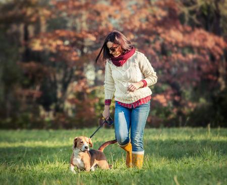 여자와 강아지 산책 스톡 콘텐츠