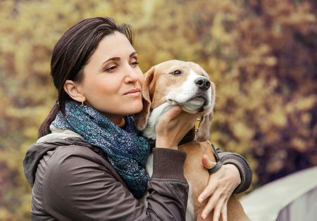 puppy love: Mujer con el retrato del perro