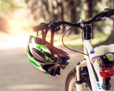 accion: Casco de seguridad de la bicicleta Foto de archivo