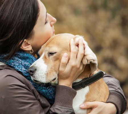 animal, beagle, beauté, race, canin, caucasien, mignon, chien, les oreilles, émotionnel, énergétique, expression, figure, femme, ami, amitié, fille, bonheur, heureux, étreinte, humaine, baiser, loisirs, style de vie, l'amour, nature, EXTÉRIEUR, propriétaire, parc, les gens, personne, animal, jeu Banque d'images